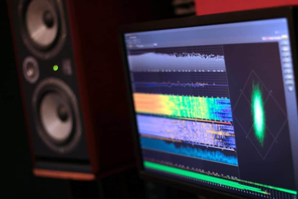 Fotografía del estudio donde aparece un Focal Twin 6be & el NüGen Visualizer - ¿Qué es el mastering?